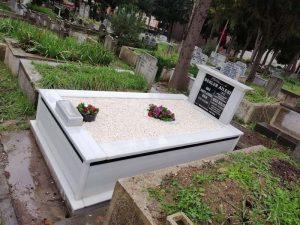 Tek Kişilik Sütunlu Baştaşı Granit Şeritli Mezar