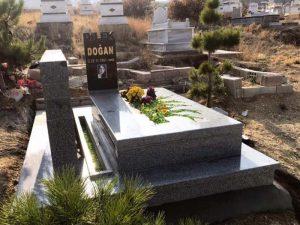 G-116 Özel Anıt Granit Mezar Modeli Özel Anıt Granit Mezar Modeli 10-15cm kalınlığında Beta Granit, 5cm kalınlığında Nero Gaska Granit kullanılmıştır.