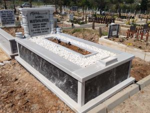 Tek Kişilik Sütunlu Gövde Siyah Mermer Mezar